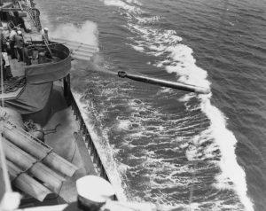 ספינת קרב אמריקנית משגרת טורפדו במהלך מלחמת העולם השנייה
