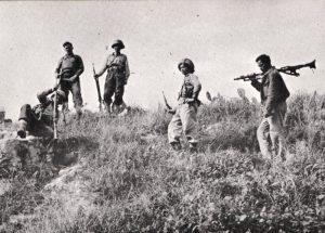 חיילי גדוד הפורצים בהתארגנות לקרב על הגבעה שממול למנזר