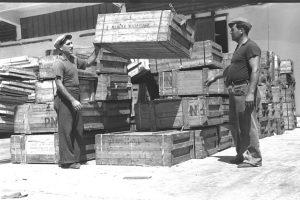 """סבלים בעבודה בנמל תל אביב, 1948 צילום: לע""""מ"""