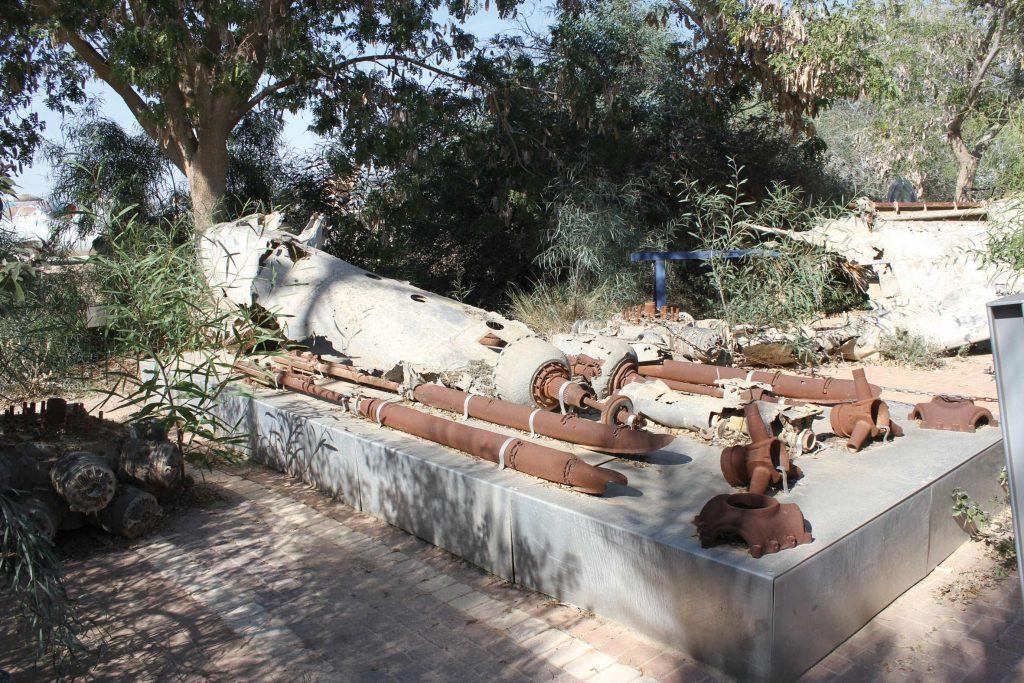 שרידי הבופייטר הישראלי שהופל בחולות אשדוד המוצגים כיום באנדרטה במוזאון חיל האוויר צילום: Stuart Carr