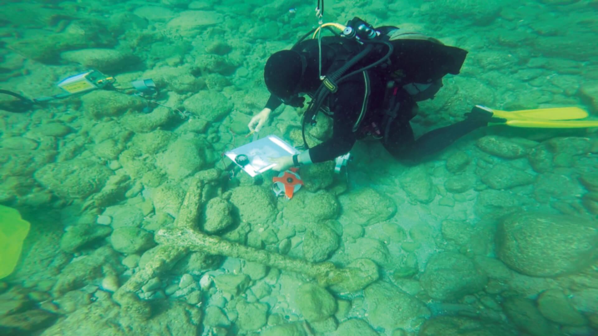 סערות החורף שפקדו את חופי ישראל מאז דצמבר 2010 הסירו את מרבית החול מברכת הנמל וחשפו ממצאים ארכאולוגיים רבים לצד שרידים של ספינות טרופות ומטעניהן, ובהם העוגן שבתמונה