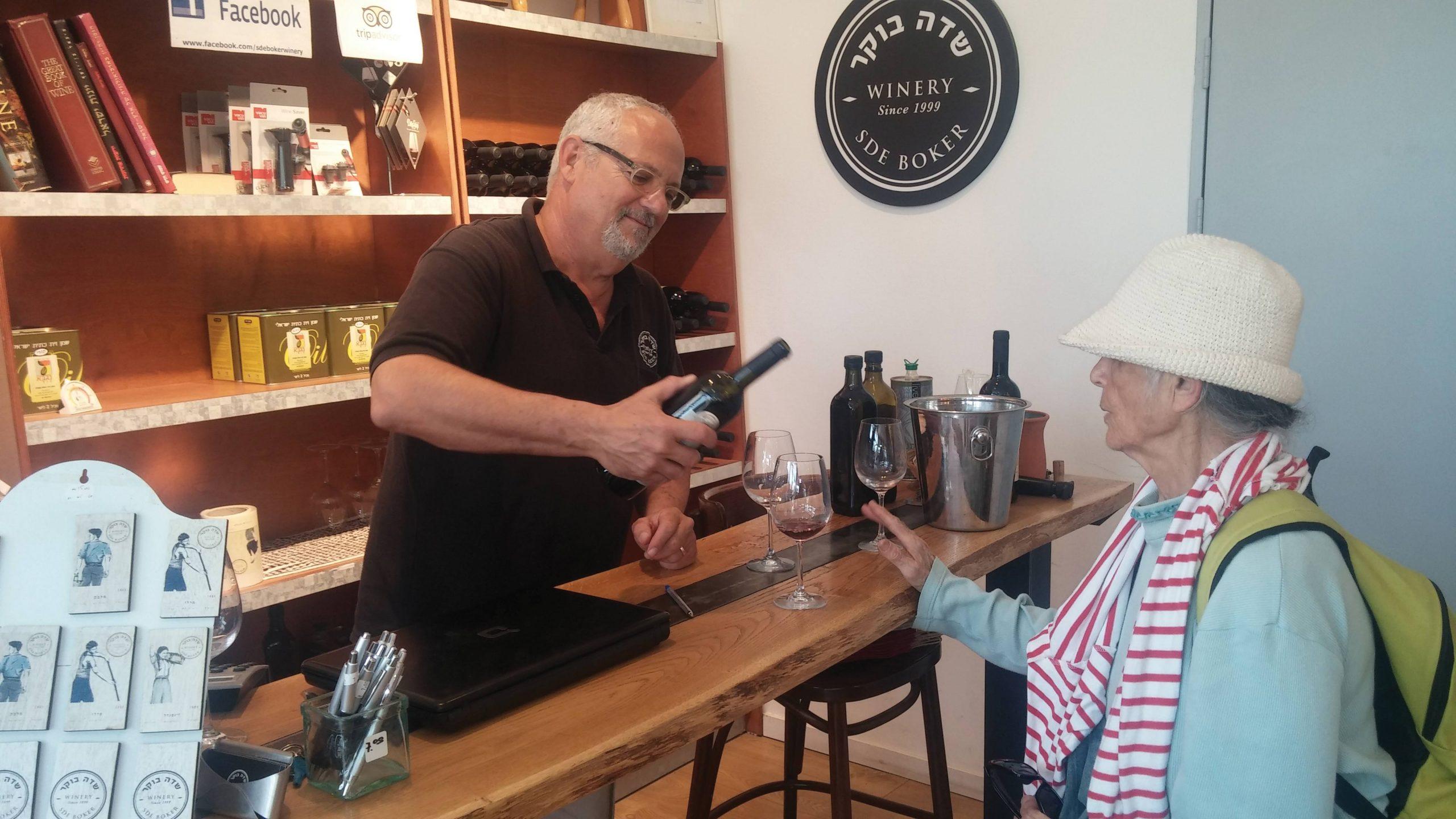 היקבים המתחדשים בנגב מאפשרים חוויה תיירותית המשלבת טיול, לינה, אוכל ויין טוב. צבי רמק מיקב שדה בוקר מוזג למבקרת אחד מיינותיו המשובחים