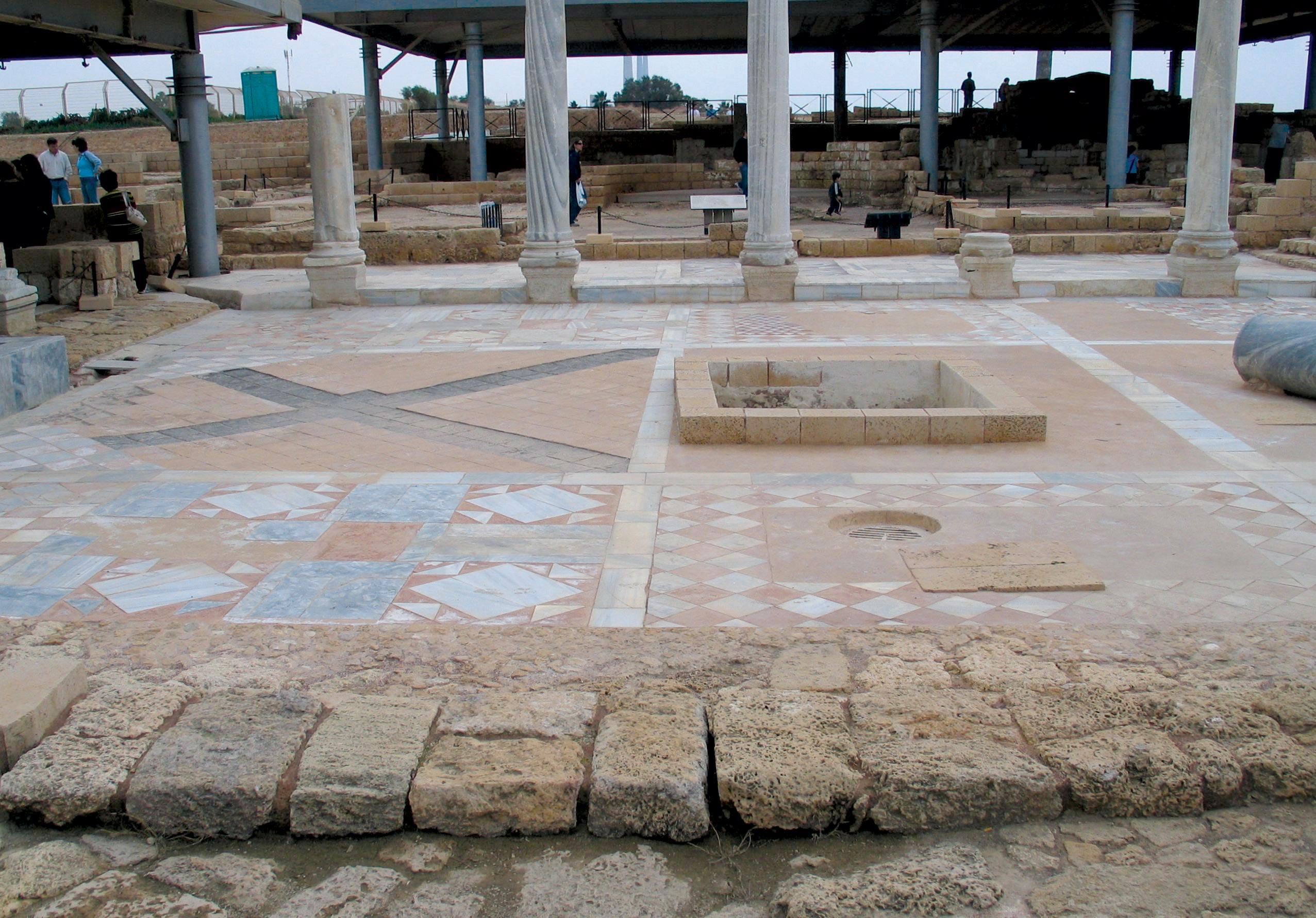 ריצוף בשיטת אופוס סקטילה ששוחזר באחד המבנים מהתקופה הרומית המאוחרת בקיסריה