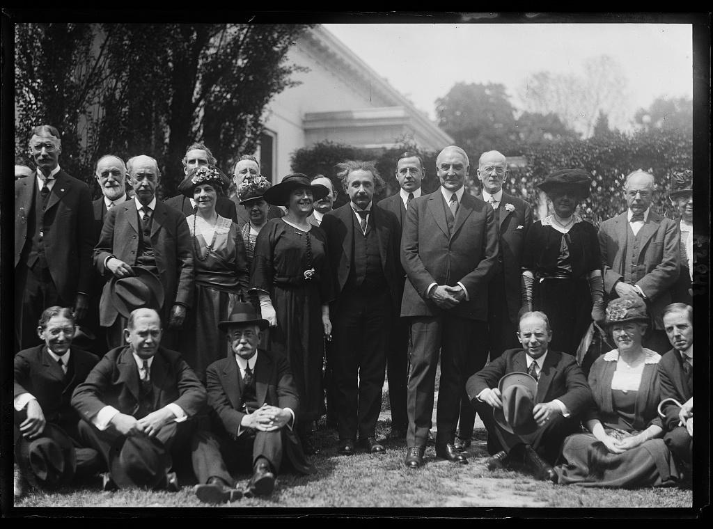 תרבות הידוענים ותקשורת ההמונים סייעו להפוך את איינשטיין לכוכב במהירות רבה והוא היה דמות רצויה בטרקלינים של שועי עולם. איינשטיין ואשתו אלסה במפגש עם הנשיא האמריקני וורן הרדינג בבית הלבן, ראשית שנות העשרים של המאה העשרים