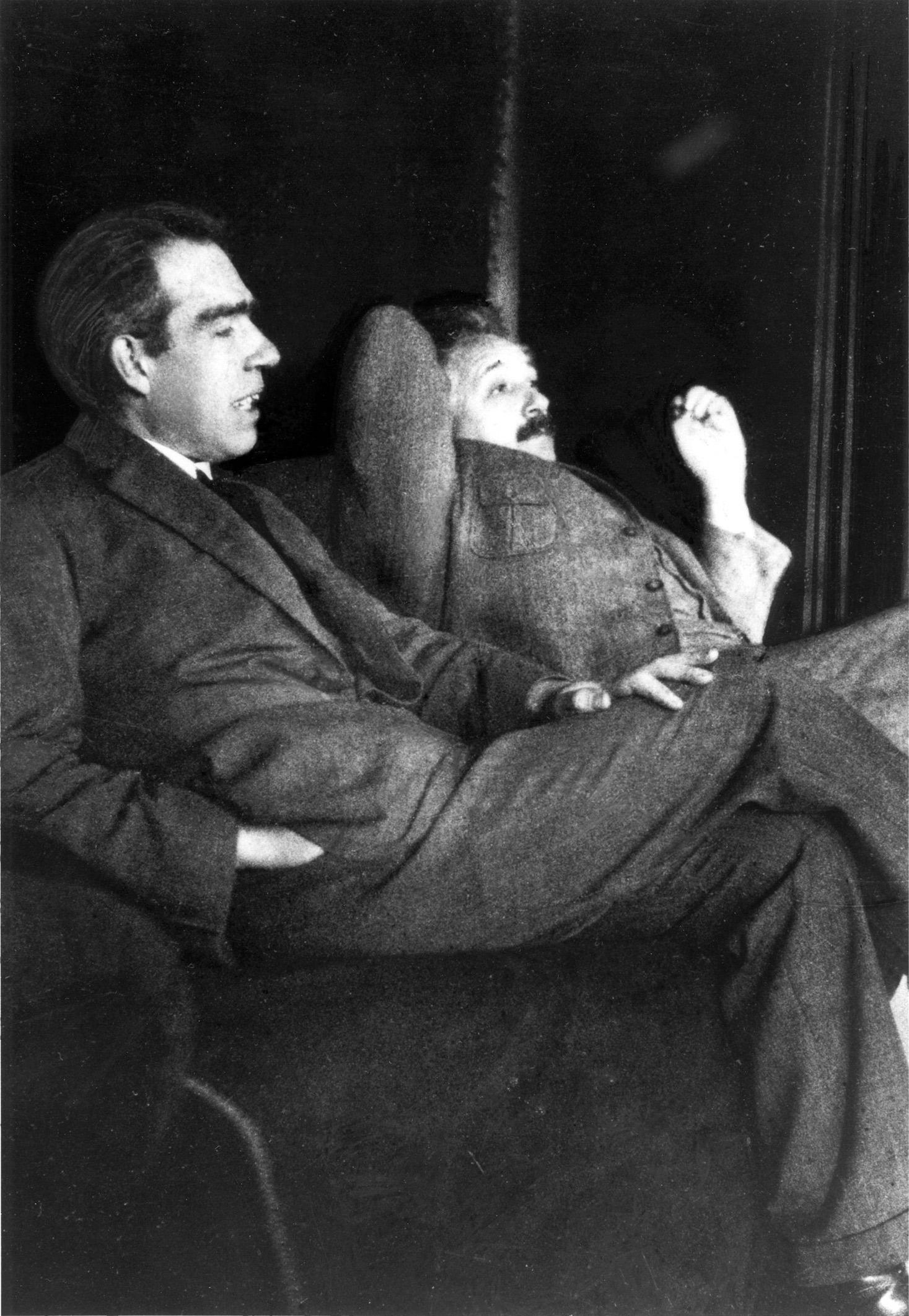 נילס בוהר, פיזיקאי דני ממוצא יהודי, נולד ב-1885 ונחשב לצד איינשטיין לאחד התורמים החשובים ביותר למכניקת הקוונטים. על מחקריו בתחום זכה ב-1922 בפרס נובל. הידידות בין השניים נמשכה עד לפטירתו של איינשטיין. איינשטיין ובוהר, 1925
