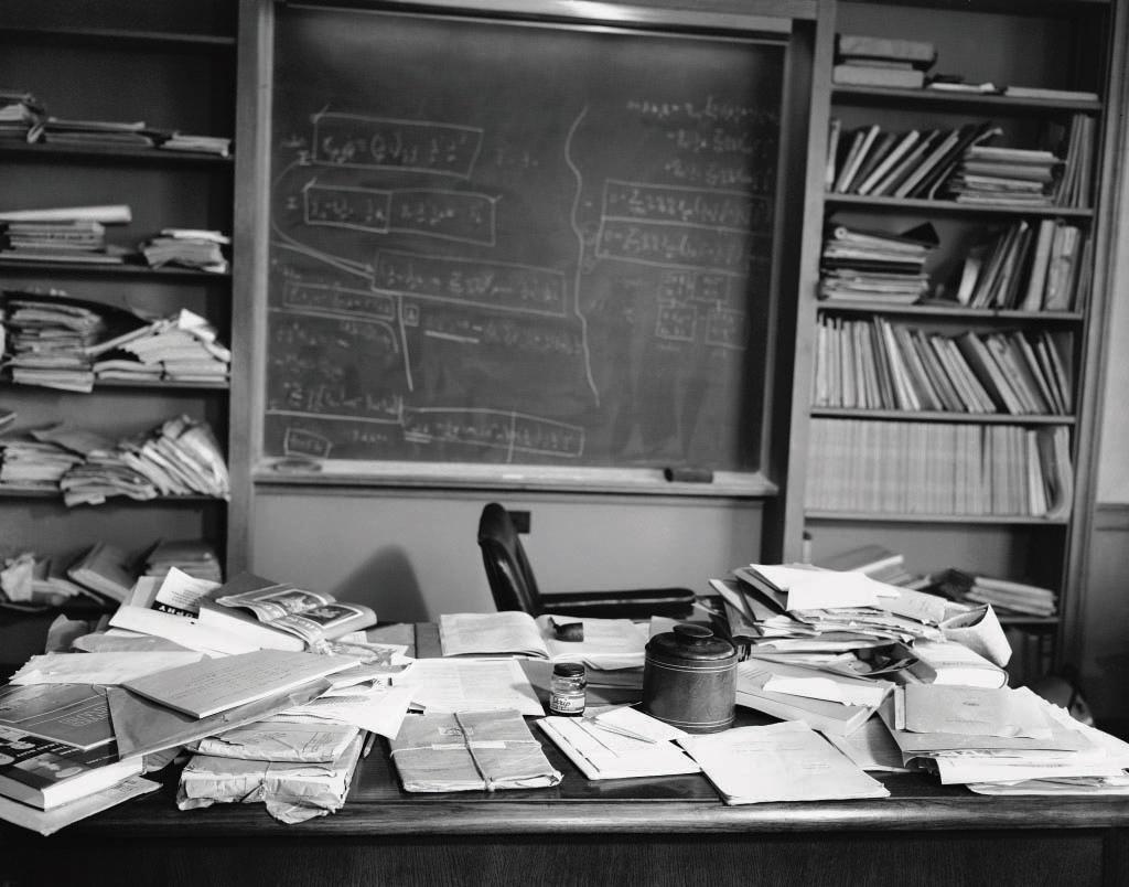 חדר העבודה של איינשטיין באוניברסיטת פריסנסטון תור לאחר מותו מבולגן כפי שהיה בחייו. מהנוסחאות שעל הלוח ומהספרים הפתוחים המונחים על השולחן ניתן ללמוד מה העסיק את הפיזיקאי הדגול בימיו האחרונים. המקטרת שנהג לעשן ללא הרף נותרה מונחת על אחד הספרים