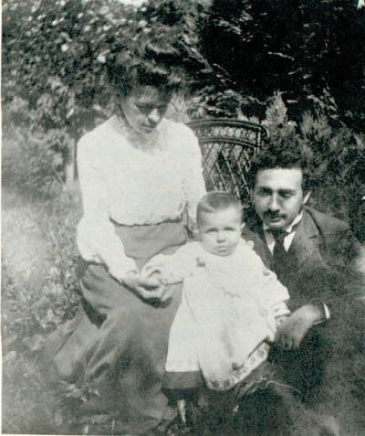 הבן החוקי היחיד שהגיע לבגרות. איינשטיין ומילבה בחברת הנס התינוק