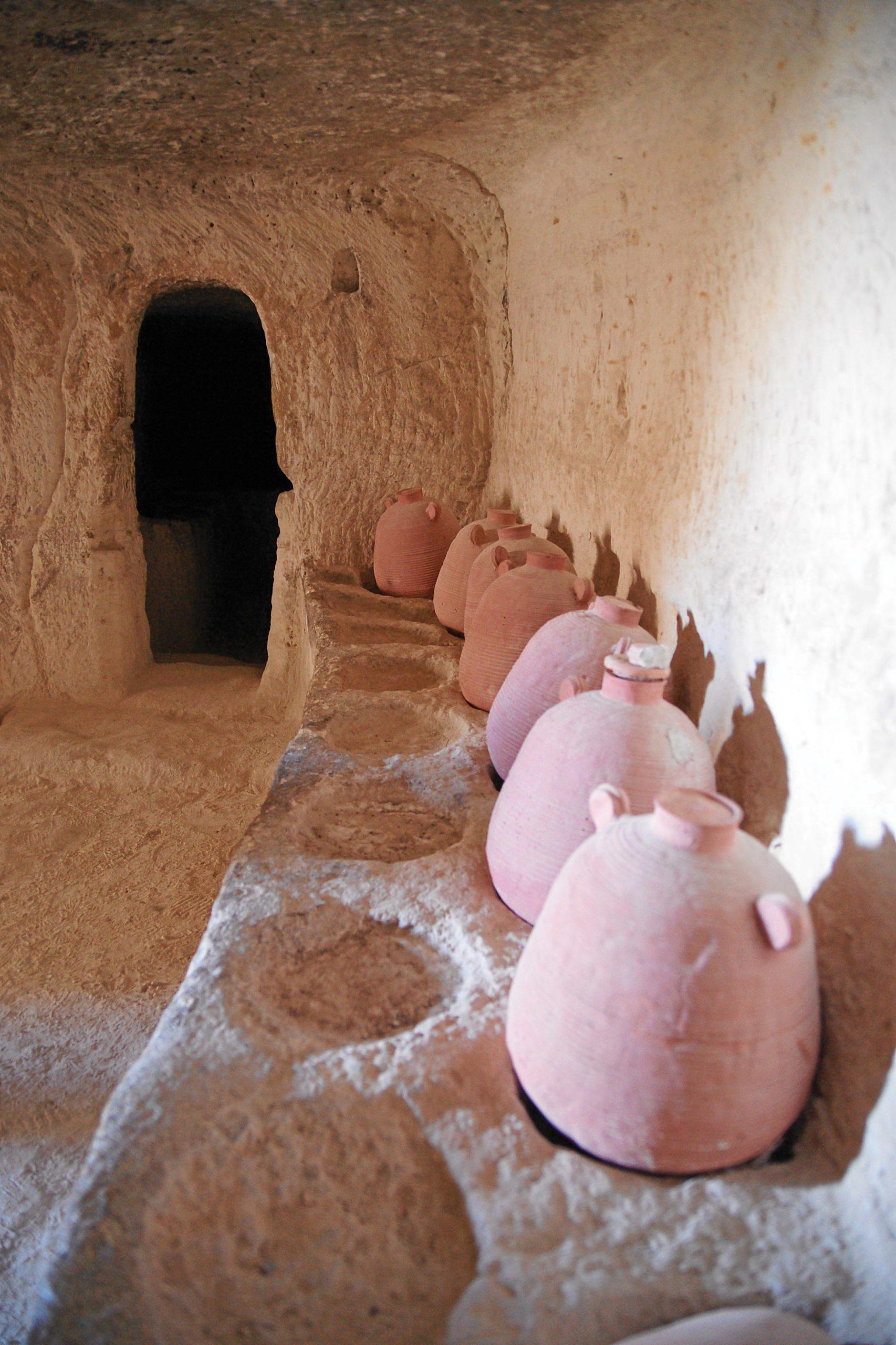 עבדת הייתה מהחשובות שבערי הנבטים. בעיר ובסביבתה התגלו מתקנים רבים הקשורים לתעשיין היין. מרתף יינות משוחזר בגן הלאומי עבדת