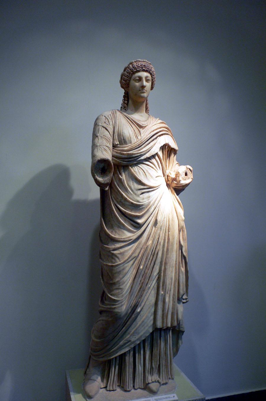 פסל של פופיאה סבינה, אשתו של הקיסר נירון, עמה נפגש יוסף בביקורו ברומא בהיותו בן 26. הפסל מוצג במוזאון לארכאולוגיה של אולימפיה, יוון