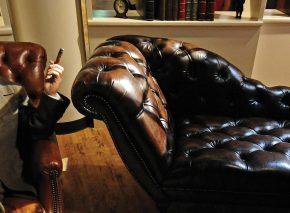 דמותו של פרויד הייתה לאחד הסמלים המפורסמים של המאה העשרים, לצד ספת הפסיכולוג — האביזר המזוהה עמו יותר מכל. בובת שעווה של פרויד המוצגת במוזאון בגרמניה צילום: AFP