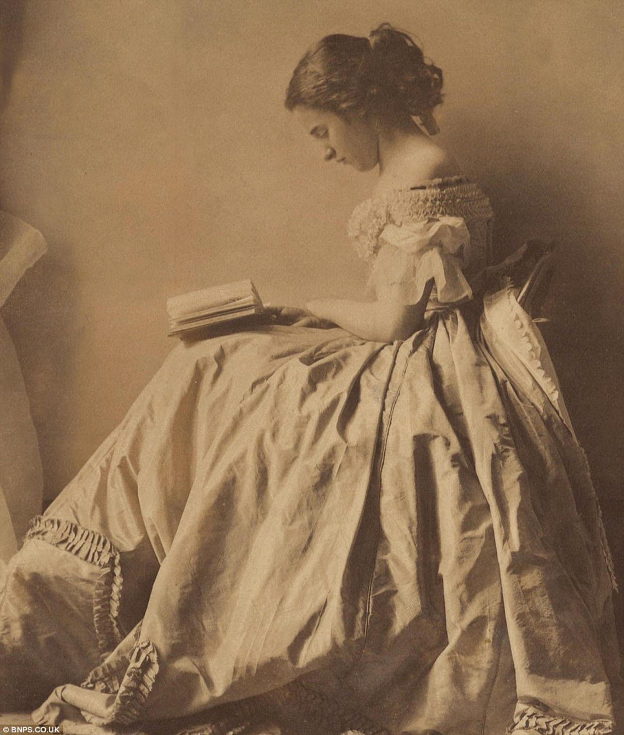 המציאות החברתית והכלכלית בשכבה רחבה של משפחות בורגניות במעמד הביניים במאה ה־19 הביאה לכך שלראשונה היו לנשים רבות שעות פנאי בכל יום, ויותר ויותר מהן ניצלו זמן זה ללימודי קרוא וכתוב. אישה צעירה קוראת ספר באחד הצילומים הראשונים שנעשו בידי אישה — חלוצת הצילום קלמנטינה הווארדן, שנות השישים של המאה ה־19