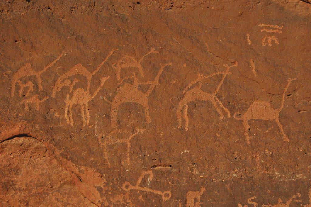ואדי ראם — העמוק והארוך שבוואדיות ירדן — הוא אחד האתרים שבהם התגלו ציורים וכתובות המעידים על נוכחות נבטית מוקדמת. במקום נחשפו גם ממצאים פרהיסטוריים המעידים שהיה באזור קיום אנושי כבר לפני 12 אלף שנה לפחות. על קירות הגרניט של הוואדי נמצאו בין השאר כתובות בכתב נבטי וציורי גמלים, גם הם כנראה נבטיים