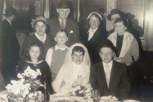 בחוף מבטחים בווינה. אנדור פלאצ'ק וכלתו ביום נישואיהם. פירושקה ויינו לינדנבלט ובנם הצעיר פול עומדים משמאל לצד משפחת הכלה