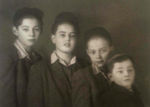 האחים לינדנבלט בעת שהתגוררו בבודפשט לפי סדר לידתם: יהודה, ג'ורג', רוברט ופול