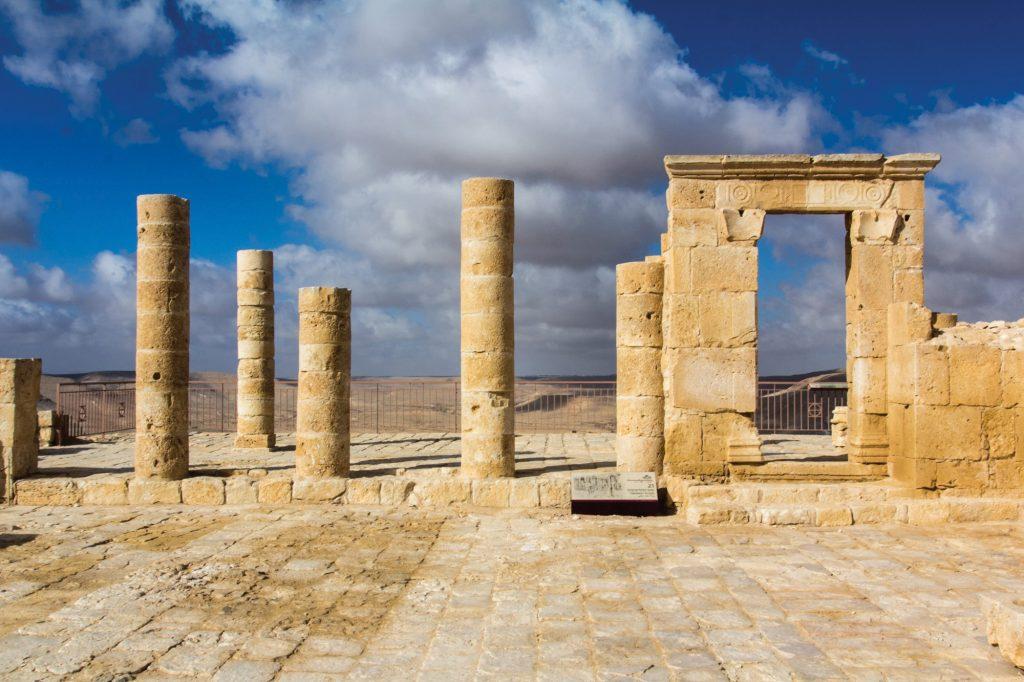 קבלת הנצרות בתקופה הביזנטית הביאה לכך שברוב האתרים הנבטיים נמצאו כנסיות, מנזרים ואגני טבילה. הכנסייה הביזנטית בעבדת