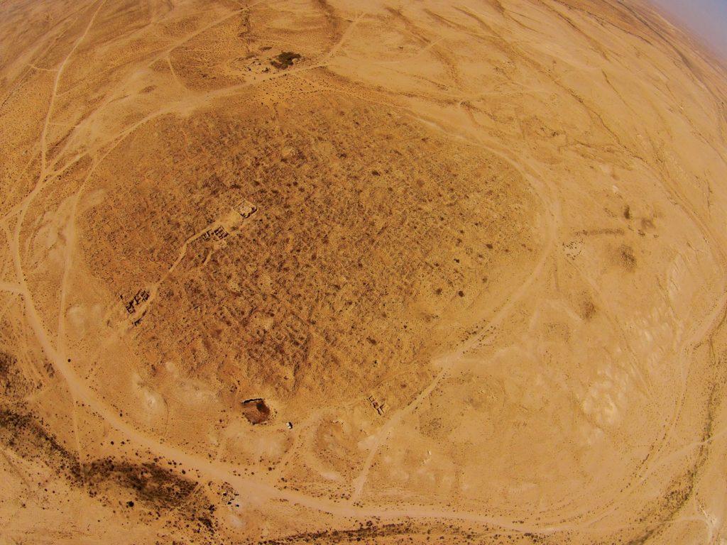 רחובות בנגב היא מהאתרים הנבטיים הידועים פחות, והחפירה הארכאולוגית במקום טרם הושלמה. תצלום אוויר של האתר מדגים את גודלה של העיר בשיא פריחתה, אז גרו בה כעשרת אלפים תושבים — נתון מדהים בהתחשב בתנאי המדבר ובהיעדר מערכות מודרניות להובלת מים מרחוק