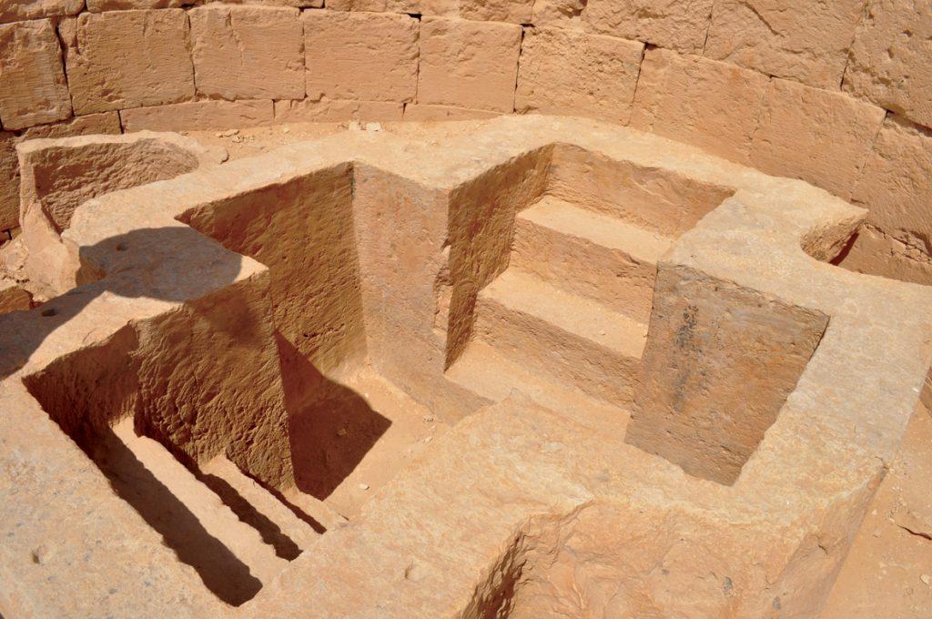 אגני הטבילה בערי הנבטים מתאפיינים בצורת הצלב שלהם. אגן הטבילה בשבטה
