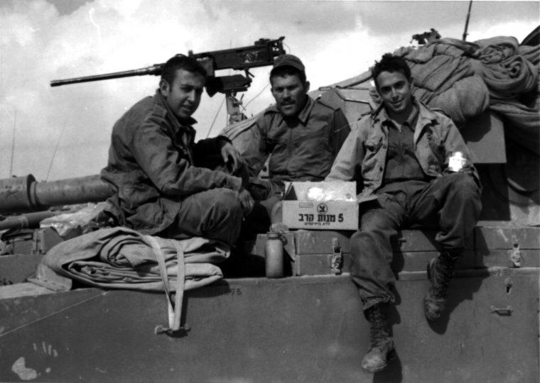 """הפנים שיישארו צעירות לנצח. הרב שג""""ר (משמאל) עם שני חבריו לטנק שנהרגו במלחמה, ישעיהו הולץ (מימין) ושמואל אורלן ז""""ל"""