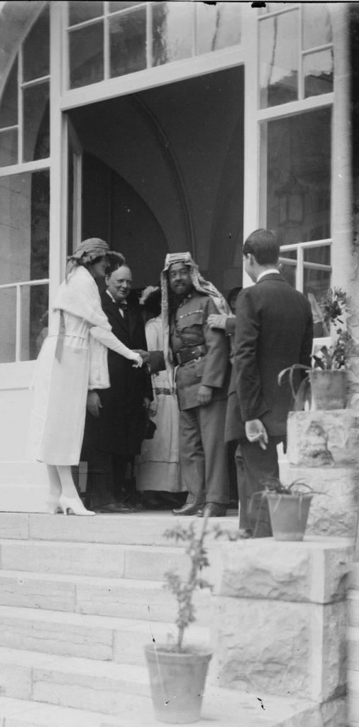 הבריטים ניסו לשמור על יחסים טובים עם שני הצדדים. וינסטון צ'רצ'יל ועבדאללה מלך ירדן ב־1921