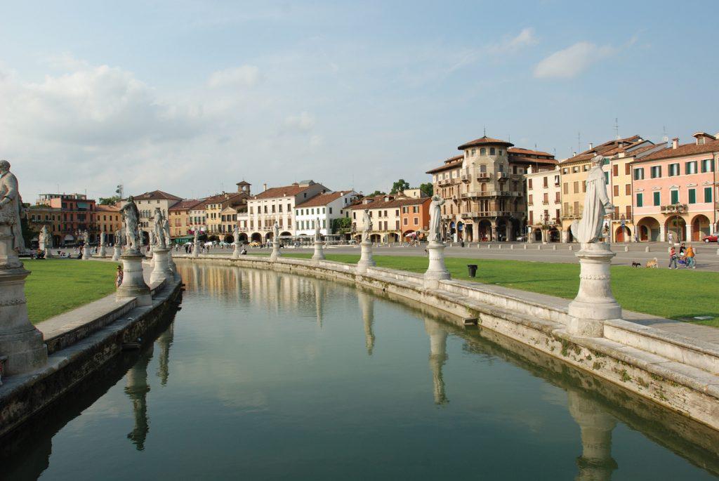 מראה חלקי של הפראטו דלה ואלה מסוף המאה ה-19. הכיכר הגדולה באיטליה משתרעת על פני תשעים דונם ובלבה תעלת מים אליפטית שמשני צדיה שורות פסלים של דמויות הקשורות לעיר