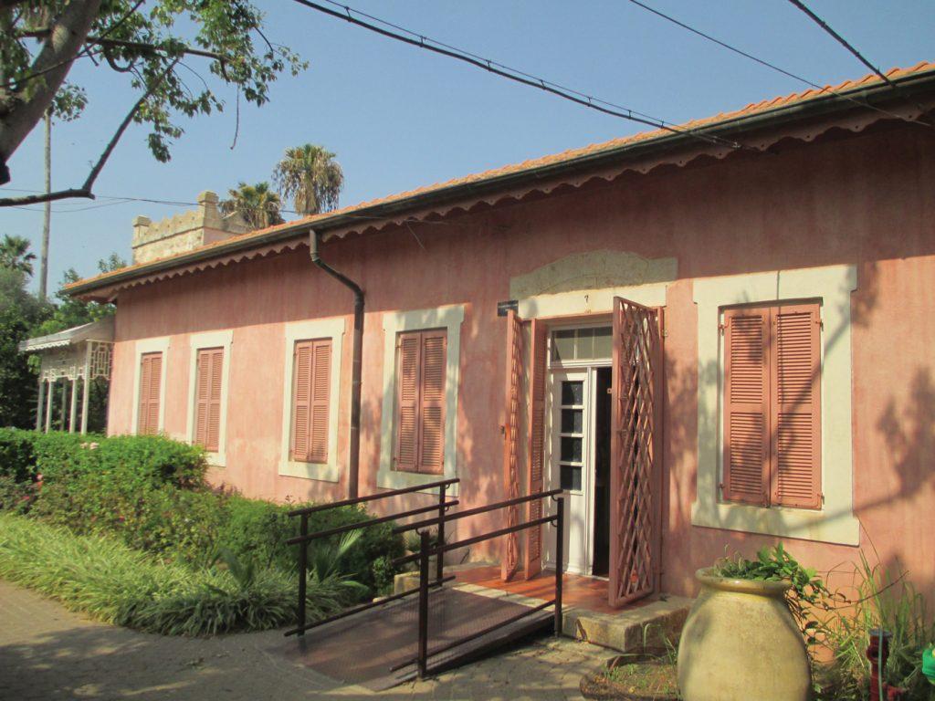 הבית שהפך למטה תא הריגול משמש כיום מוזאון לתולדות ניל״י. מבנה המוזאון (למעלה) והשלט בכניסה לחצר (למטה)