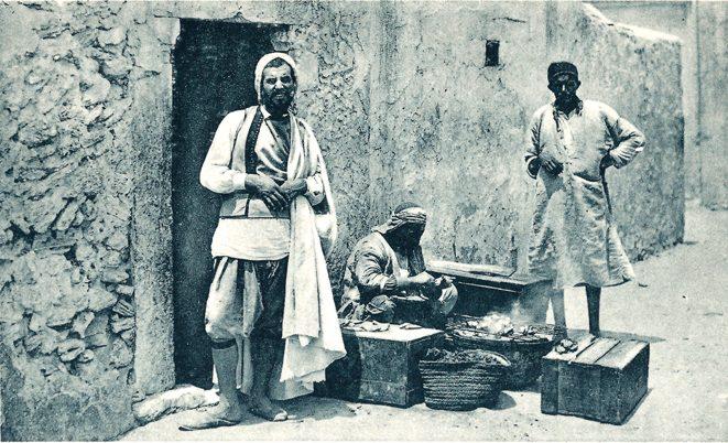 הפסיק לקנות מסוחרים יהודים כשהבין שהם נותנים לו הנחות חריגות. סוחרים יהודים ברחוב בג׳רבה
