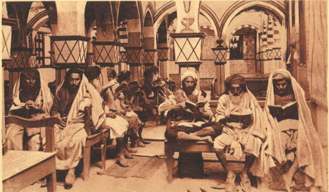 מעמד האישה בג׳רבה היה נמוך. גברים יכלו לשאת יותר מאישה אחת, ובבתי הכנסת לא היו עזרות נשים. גברים לומדים בבית הכנסת אלגריבה ובבית הכנסת בשכונה הדיג׳ת — הרובע הקטן