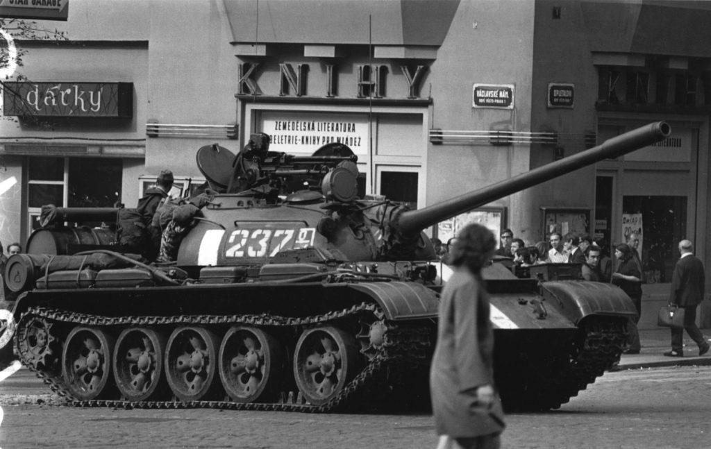 למעלה מעשור לאחר כישלונם של המרד ההונגרי ושביתת הפועלים בפוזנן שבפולין ניסו הצ'כוסלובקים לקיים סוציאליזם סובלני ונענו בפלישה סובייטית. טנק ברחובות פראג, 1968