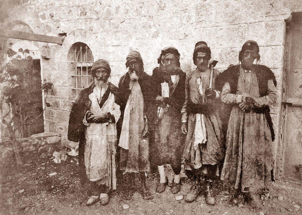 אליזבת אן פין תיארה בספרה את יהודי ירושלים בנימה שיש בה חמלה רבה. העבודות שהציעה להם היו למעשה מפעלי צדקה, והיא לא היססה לתרום להם גם מכיסה הפרטי. פועלים יהודים בכרם אברהם