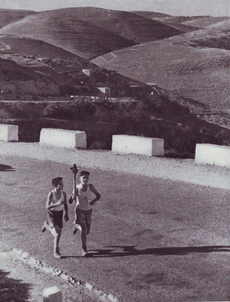 אחת המסורות הלאומיות הבולטות שהתפתחו בחנוכה ביישוב העברי הייתה מרוץ הלפיד. מרוץ הלפיד בהרי ירושלים, שנות הארבעים או ראשית שנות החמישים