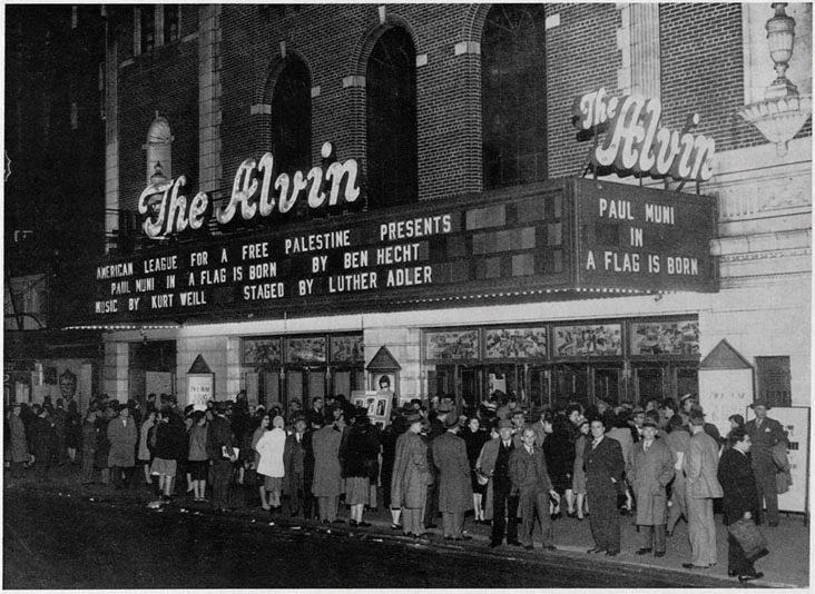 רבים ביקשו לצפות במחזה 'דגל נולד', אולם הכרטיסים אזלו במהירות. התורים מחוץ לתאטרון אלווין בערב הצגת הבכורה