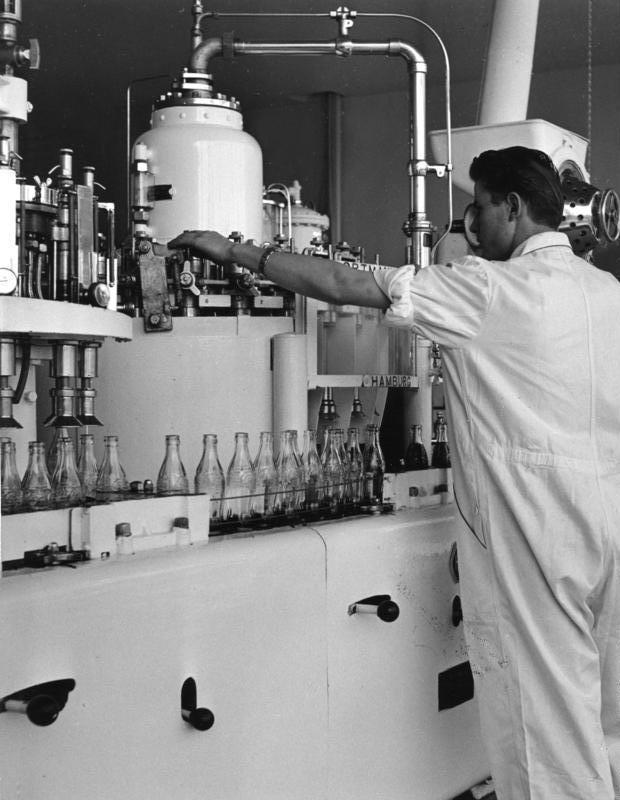 חותמת הכשרות נתפסה בעיני היצרן ובעיני הלקוחות כמעין תו איכות. פועל ממלא בקבוקים באחד ממפעלי קוקה קולה, 1953