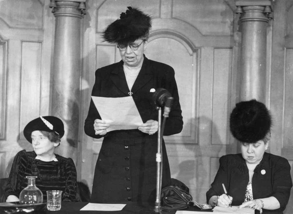 הגברת הראשונה אלינור רוזוולט ידועה במיוחד בזכות 'מגילת זכויות האדם' שניסחה לאחר מלחמת העולם השנייה. לא פלא שהיא באה לצפות במופעיו הציוניים של הכט, שהיו בעיניה חלק ממאבק הומניטרי למען פליטי מלחמת העולם. רוזוולט נואמת ב־1940