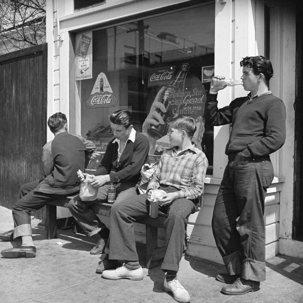 בתחילת המאה העשרים הפך קוקה קול למרכיב בלתי נפרד מתרבות הצעירים האמריקנית, ובהמשך לאחד הסמלים המזוהים ביותר עם ארצות הברית. תלמידי בית ספר באוקלנד שבקליפורניה שותים קוקה קולה, 1940