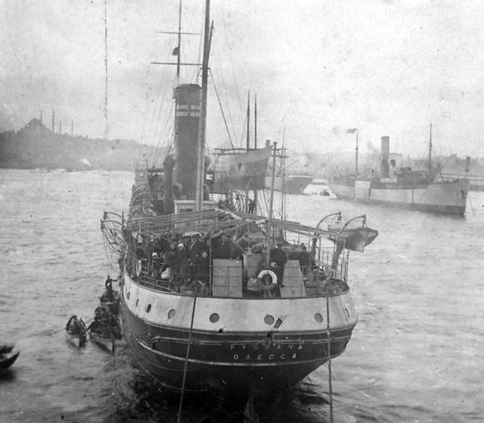 האנייה רוסלאן שבה עלו רחל ושושנה ארצה עוגנת בנמל קונסטנטיפול, 1919