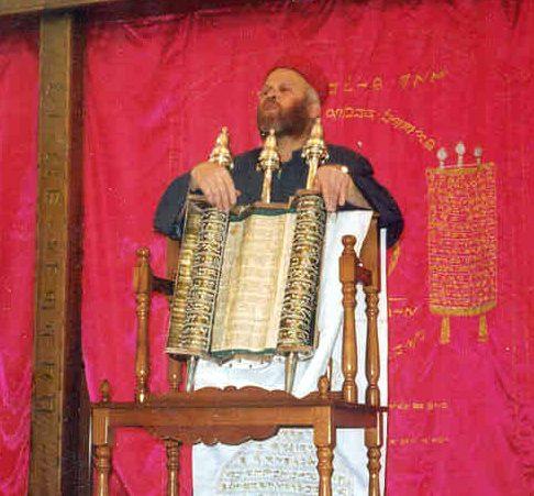 כהן שומרוני מציג את התורה השומרונית בבית הכנסת של העדה בחולון