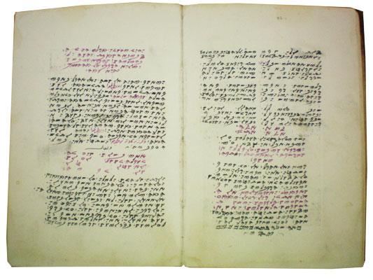 סידור התפילה השומרוני, הנקרא דפתֶר, כתוב בכתב שומרוני. הפיוטים בתפילה השומרונית נאמרים בנעימות שומרוניות ייחודיות