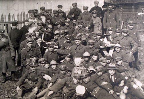 המצות השתנו ללא הכר בין מלחמת העולם הראשונה לשנייה. חיילים יהודים עם מצות יד עגולות בפולין בזמן מלחמת העולם הראשונה