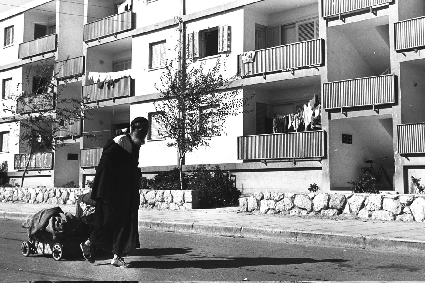 התכנון האזורי נשען על דגמים שלא התאימו לישראל ועיירות רבות נהפכו לאזורי עוני. עולה ממרוקו בשדרות, 1956