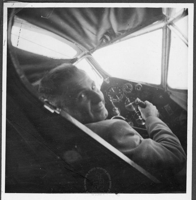 עמנואל צור (צוקרברג) בתא הטייס' 1931