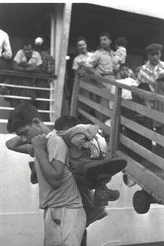 קברניטי המדינה ראו בעלייה ההמונית הזדמנות ליישוב הפריפריה. עולים ממרוקו יורדים מהאנייה בנמל חיפה, 1954