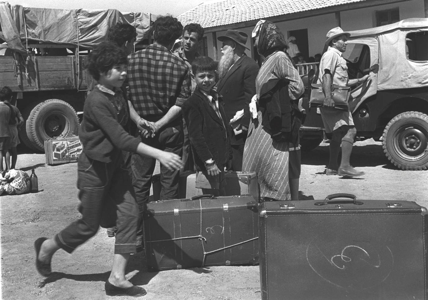 ההתקוממויות הלאומיות נגד הצרפתים באלג׳יריה, בתוניסיה ובמרוקו הופנו גם נגד יהודים וגרמו להם לעלות לארץ בהמוניהם. עולים פוגשים את חבריהם הוותיקים במושב אחוזם שבחבל לכיש, 1954