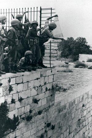 רגעים של התעלות. יורם זמוש וחבריו תולים את דגל ישראל מעל הכותל המערבי