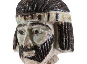 ראש קטן של אישיות גדולה? ראש הפסלון מפיינס המוצג במוזיאון ישראל, ירושלים