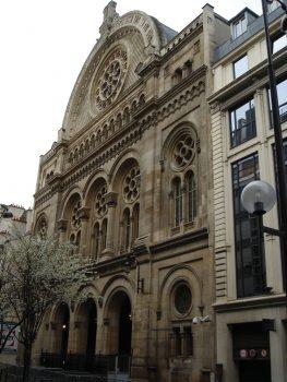 הרצל ציין ביומנו כי אחרי כתיבת המחזה נכנס לבית הכנסת והתרגש מהתפילה שהזכירה לו את ילדותו בבודפשט. בית הכנסת ברחוב דה לה ויקטואר בפריז שאליו נכנס הרצל