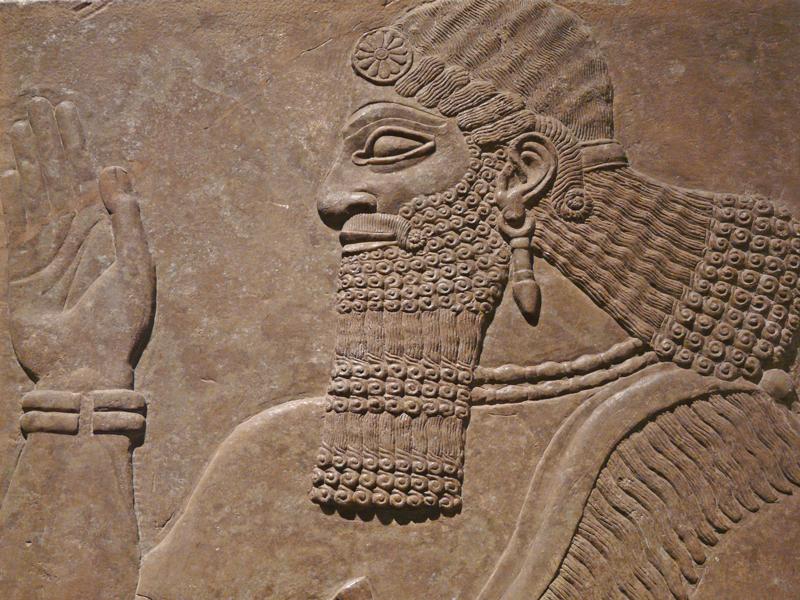 בזמן שהבבלים השתלטו על האשורים הייתה התרבות האשורית מפותחת מזו הבבלית. בתחום מכונות המצור למשל עלה כנראה הידע הצבאי של האשורים על זה של הבבלים. תמונת אילוסטרציה של אזרח אשורי