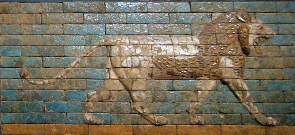 האריה הבבלי. חלק מתבליט שהיה על שער אישתר בעיר בבל מתקופת שלטונו של נבוכדנאצר. כיום שמור התבליט במוזיאון המטרופוליטן בניו יורק