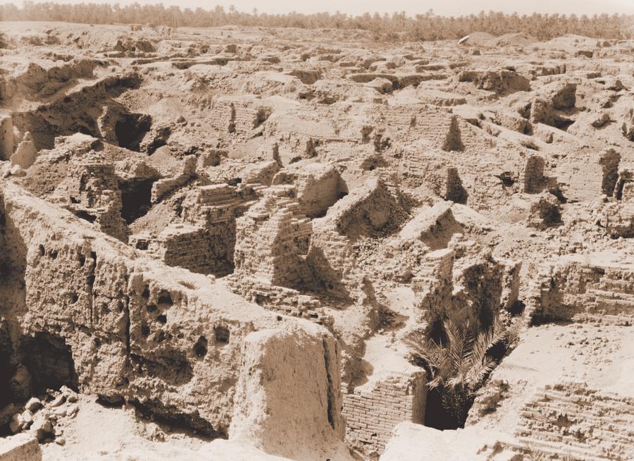 """בבל הייתה אחת הערים הגדולות בעולם העתיק. היא הוקפה בשלוש חומות ועוביה של החיצונית שבהן היה כ־24 מטרים. היקף החומה החיצונית נע לפי הערכות שונות בין 68 ל־90 ק""""מ, ושטחה של העיר היה 260־520 קמ""""ר. שרידי בבל, כנראה מתקופת נבוכדנאצר"""