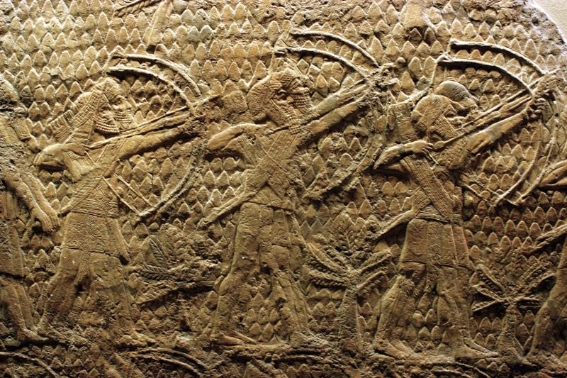 לוחמים אשורים בתבליט מארמונו של סנחריב מלך אשור