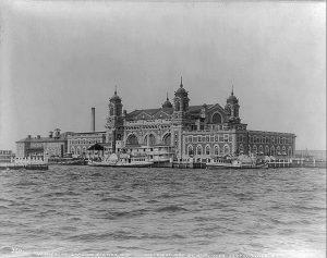 החזית המרשימה של מתחם ההגירה באליס איילנד שהסוותה את הבירוקרטיה העלובה שבפנים. תמונה משנת 1905